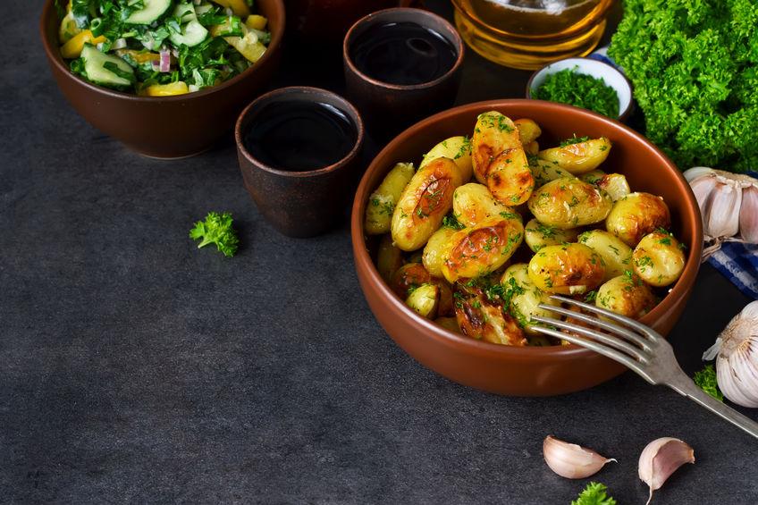 Картошка-гармошка с чесноком и укропом в духовке