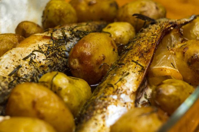 Скумбрия, запеченная в фольге, с картофелем