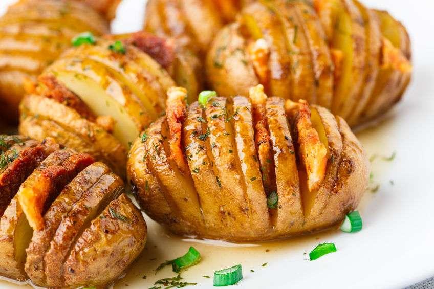 Молодой картофель, запеченный с беконом