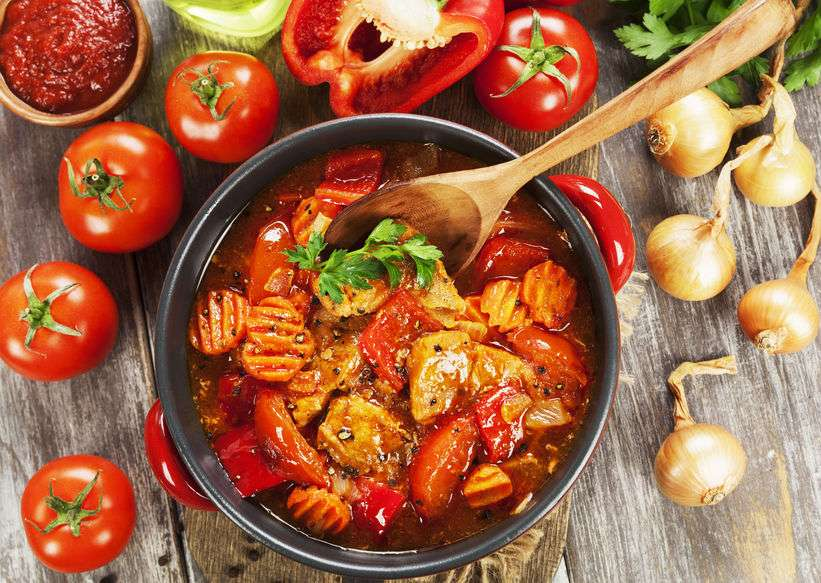 Тушеная свинина с овощами в томатном соусе