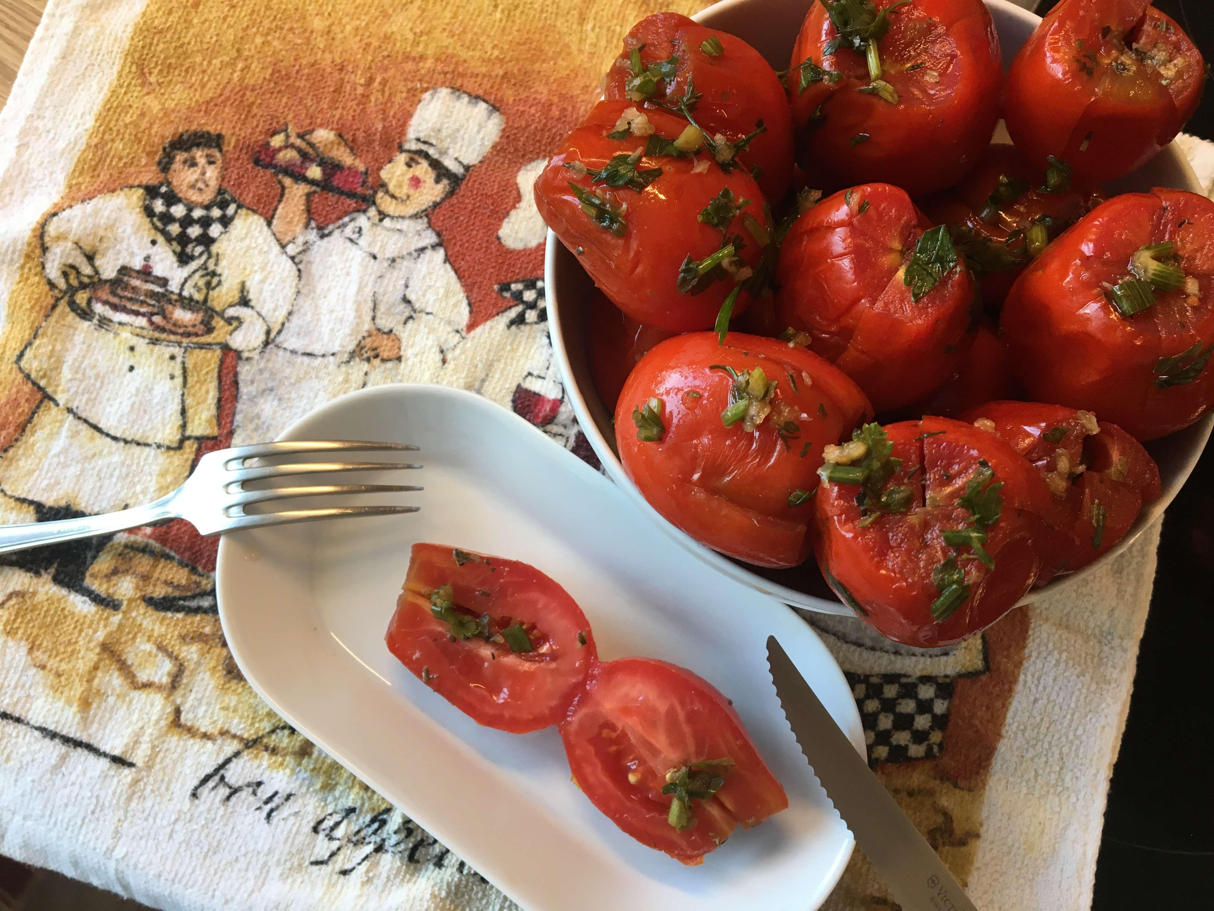 Малосольные сливовидные томаты