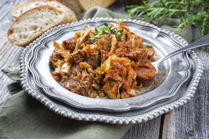 Свинина, тушенная с картофелем и квашеной капустой