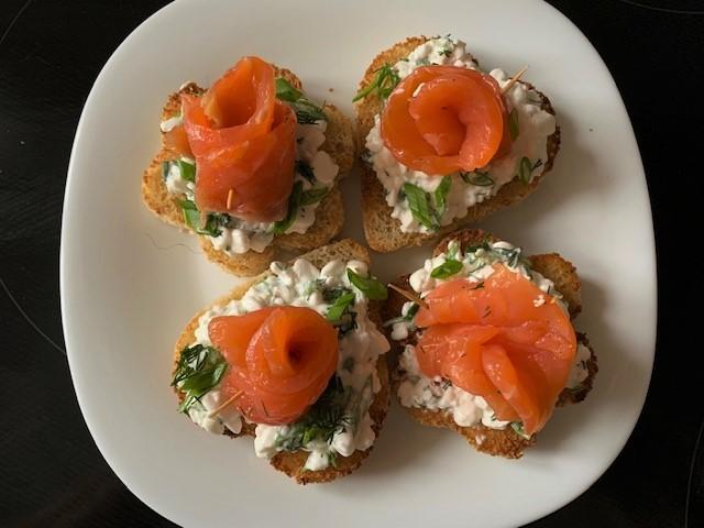 Праздничные бутерброды из лосося
