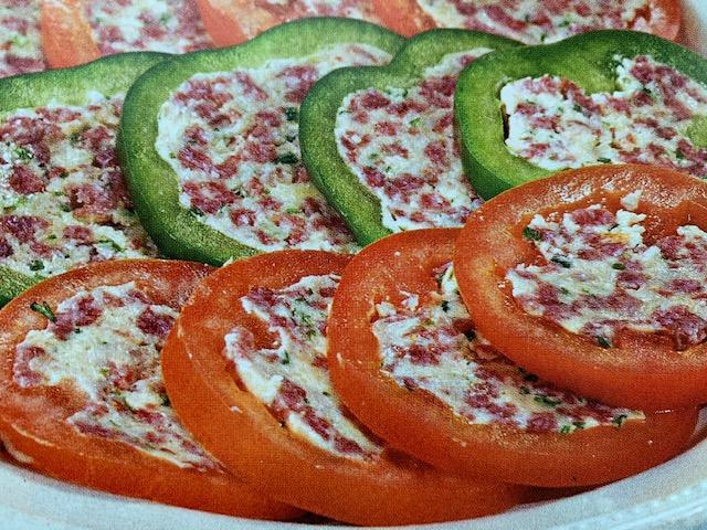 Слайсы из фаршированных перцев и томатов