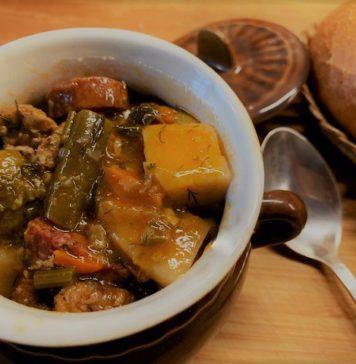 Овощное рагу с фаршем и копчеными колбасками в горшочках