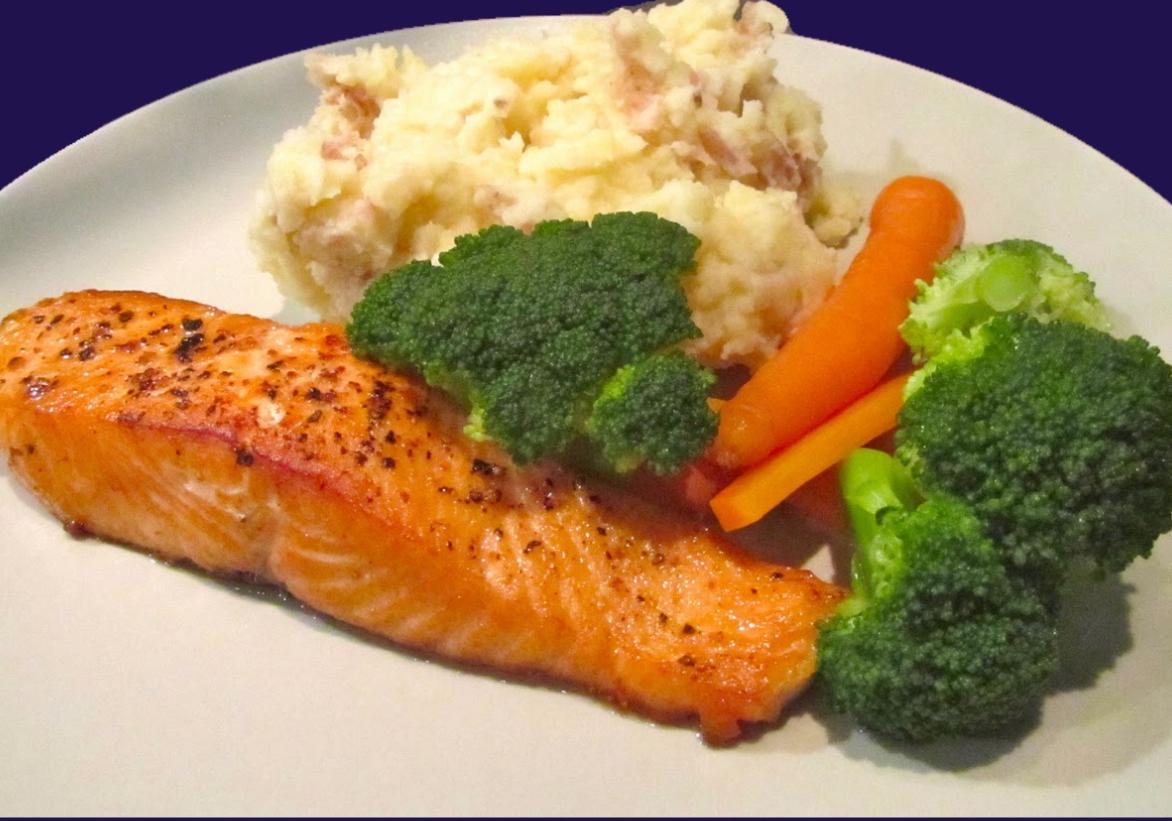 Лосось в вине с гарниром из цветной капусты, брокколи и моркови