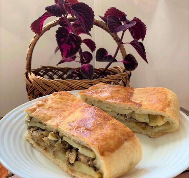Пирог из дрожжевого теста с консервированной рыбой и картошкой