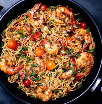 Спагетти с креветками, чили и томатами черри