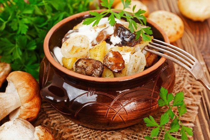 Курица с картошкой и грибами в горшочках