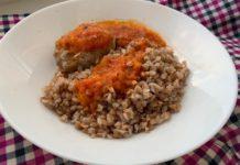 Паровые котлеты с гречкой и пикантным соусом