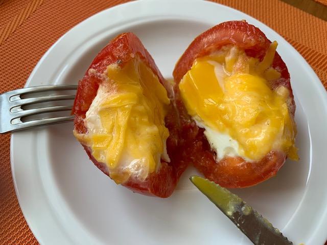 Яйцо с сыром, запеченные в помидоре