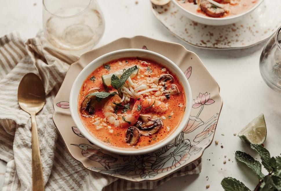Тайский суп с креветками и карри